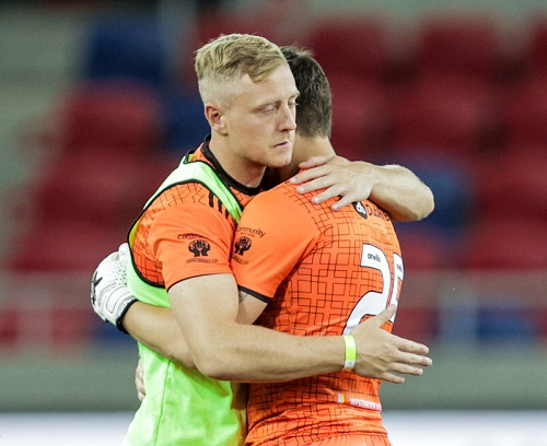 Talbot embraces McGuinness after Europe League penalty shootout heartache - Sportsfile